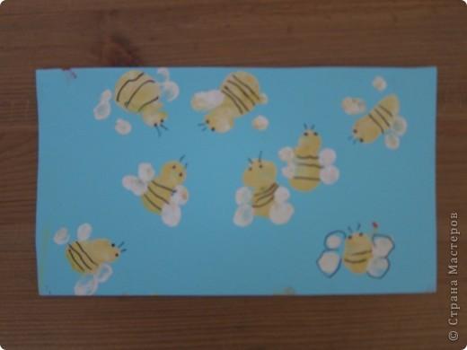рисуем пальчиками и ладошкой  почему- то все работы в первую страничку не вошли,так что добавляю частями.. пчелки,обводка,гелевой ручкой..   фото 1