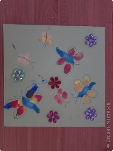 рисуем пальчиками и ладошкой  почему- то все работы в первую страничку не вошли,так что добавляю частями.. пчелки,обводка,гелевой ручкой..   фото 3