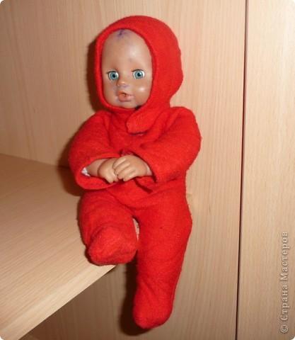 Вот такой комбинезон пошился для Сашеньки, она очень любит раздевать и одевать кукол,а у этого пупса одежда была потеряна, пришлось одевать, чтоб пупс не замёрз.