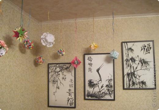 Вот такой уголок сделала у себя в комнате. Доча сделала картины по мотивам Японии - роспись по батику. Я наделала кусудам и подвесила к потолку. Мне нравится. фото 1