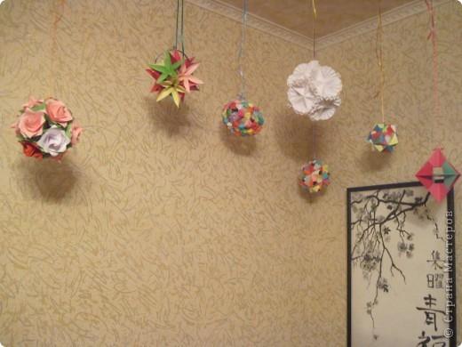 Вот такой уголок сделала у себя в комнате. Доча сделала картины по мотивам Японии - роспись по батику. Я наделала кусудам и подвесила к потолку. Мне нравится. фото 3