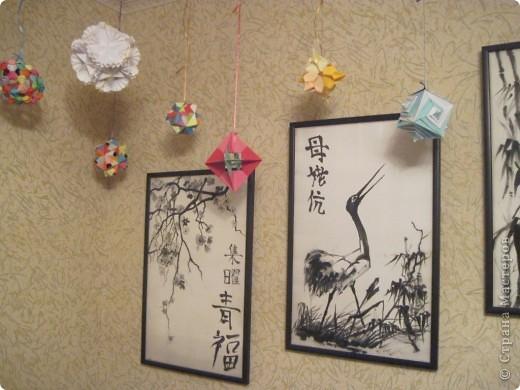 Вот такой уголок сделала у себя в комнате. Доча сделала картины по мотивам Японии - роспись по батику. Я наделала кусудам и подвесила к потолку. Мне нравится. фото 4