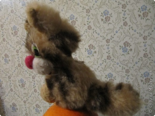 Котик сшит из остатков меха и ткани. В основе всех деталей, кроме ушек и хвостика, круги разного диаметра фото 1