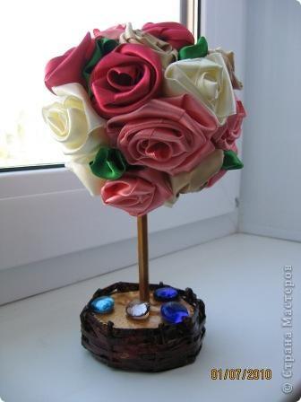 Розы сделаны из атласных лент.