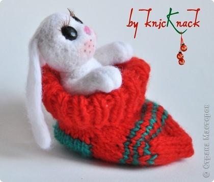 Новогодний заяц в носке) готовимся к новому году )  заяц свалян сухим валянием носок связан вручную  материалы - натуральная шерсть, пластика, лак, пастель, искусственные реснички высота зайки-7см фото 2