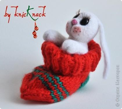 Новогодний заяц в носке) готовимся к новому году )  заяц свалян сухим валянием носок связан вручную  материалы - натуральная шерсть, пластика, лак, пастель, искусственные реснички высота зайки-7см фото 3