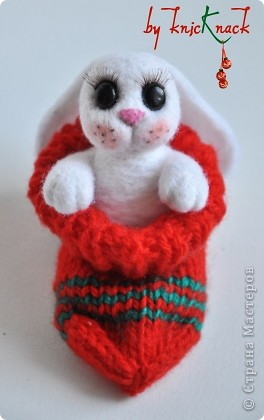 Новогодний заяц в носке) готовимся к новому году )  заяц свалян сухим валянием носок связан вручную  материалы - натуральная шерсть, пластика, лак, пастель, искусственные реснички высота зайки-7см фото 4