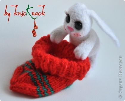 Новогодний заяц в носке) готовимся к новому году )  заяц свалян сухим валянием носок связан вручную  материалы - натуральная шерсть, пластика, лак, пастель, искусственные реснички высота зайки-7см фото 5