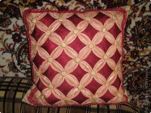 """Моя первая подушка в технике """"Витражи"""". Здесь использован материал для штор(накупила на распродаже), потому что он выглядит как шелк. Пуговицы тоже из материала. Делала на одном дыхании 4 дня,правда уже давно, пять лет назад. фото 1"""