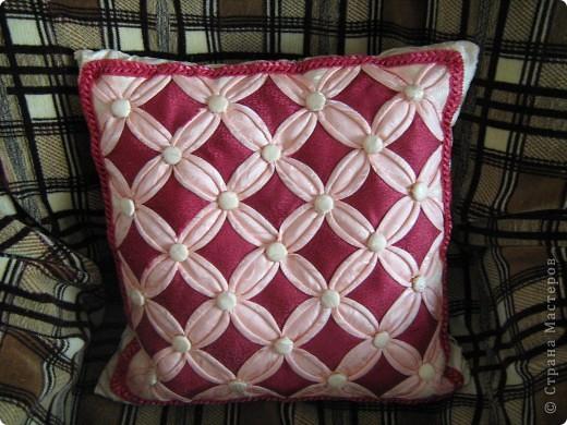"""Моя первая подушка в технике """"Витражи"""". Здесь использован материал для штор(накупила на распродаже), потому что он выглядит как шелк. Пуговицы тоже из материала. Делала на одном дыхании 4 дня,правда уже давно, пять лет назад. фото 2"""