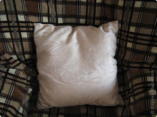 """Моя первая подушка в технике """"Витражи"""". Здесь использован материал для штор(накупила на распродаже), потому что он выглядит как шелк. Пуговицы тоже из материала. Делала на одном дыхании 4 дня,правда уже давно, пять лет назад. фото 3"""