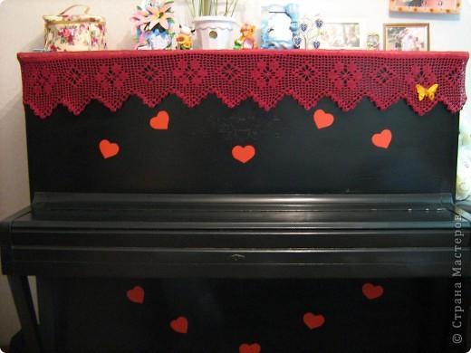 Так я оформила мое черное,громоздкое пианино,но такое любимое! Вязала по схеме из журнала Веста. Схемы можете посмотреть тут http://img820.imageshack.us/img820/4172/img002sw.jpg фото 1