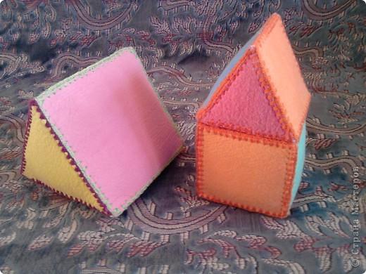 Вот такие вот  игрушки сделала для сынули, дополнение к первому кубику https://stranamasterov.ru/node/87684 . Пока он их только кидает и мнет. А так с ними можно закреплять величину, цвет. Подбирать цвета крыши и кубика. фото 2