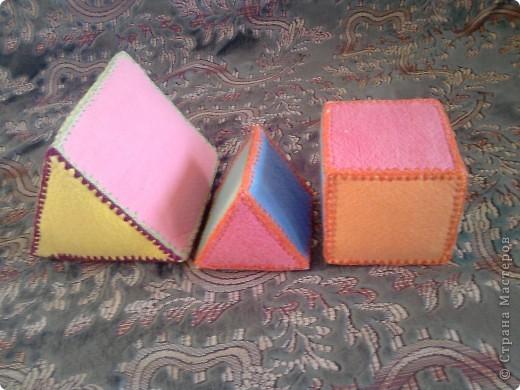 Вот такие вот  игрушки сделала для сынули, дополнение к первому кубику https://stranamasterov.ru/node/87684 . Пока он их только кидает и мнет. А так с ними можно закреплять величину, цвет. Подбирать цвета крыши и кубика. фото 1