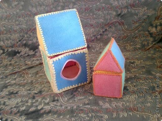 Вот такие вот  игрушки сделала для сынули, дополнение к первому кубику https://stranamasterov.ru/node/87684 . Пока он их только кидает и мнет. А так с ними можно закреплять величину, цвет. Подбирать цвета крыши и кубика. фото 3