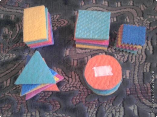 Вот такие вот  игрушки сделала для сынули, дополнение к первому кубику https://stranamasterov.ru/node/87684 . Пока он их только кидает и мнет. А так с ними можно закреплять величину, цвет. Подбирать цвета крыши и кубика. фото 4