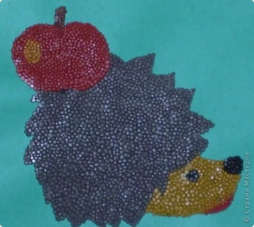 Вот такого ёжика мы смастерили. Дети катали маленькие шарики, каждая группа своего цвета, а я складывала рисунок. Ёжик всем понравилась. Одна беда - каждый хотел ёжика унести себе домой.
