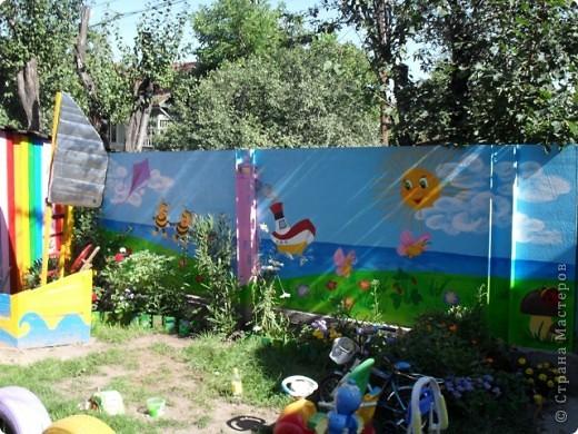 Ну вот, наконец-то у меня появилось время поделиться с вами своими работами. Летом решила крестнику сделать подарок, детская площадка у него уже была, а вот над забором я немного потрудилась...  фото 1