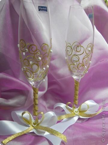 Свадьба была в бело-золотом цвете, поэтому и фужеры делали соответствующих цветов. фото 1