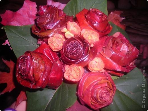 Розы из дубовых листьев фото 1