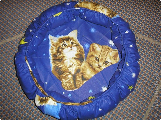 Вот такую постельку я сшила для маленького котенка, но мой котяра, с которым я вас познакомила недавно, залез в нее и не хочет вылазить. Пришлось и ему сшить. фото 1