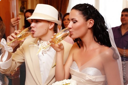 Свадьба была в бело-золотом цвете, поэтому и фужеры делали соответствующих цветов. фото 3