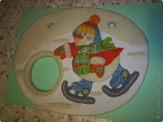 Панно-рамочка  Снеговичок, слепилась как-то к праздникам. В отверстие вставляю вышитый крестиком год фото 5