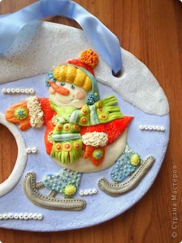 Панно-рамочка  Снеговичок, слепилась как-то к праздникам. В отверстие вставляю вышитый крестиком год фото 6