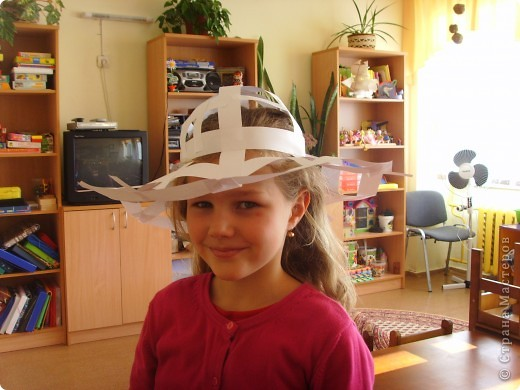 В Стране очень много шляп. Посмотрите и на нашу. Из простой офисной бумаги, украшали , чем хотели. К сожалению ,на занятии не было фотоаппарата. Дети утащили все домой. Предварительно похвастались всей школе. фото 2