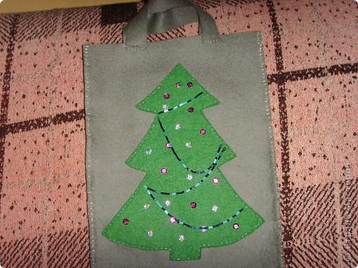 В прошлом году для доченьки сшила мешочек из фетра для подарка. Подарок съели, а мешочек остался. Может кому-нибудь пригодится идейка. Ведь Новый год не за горами. фото 1