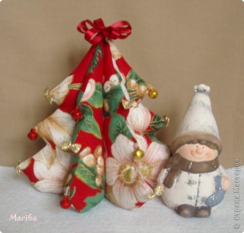 Скоро новый год, решила украсить дом к празднику. Вот cшила такую интересную ёлочку из ткани, украсила золотыми бантиками и бубенчиками. Сынуля сразу забрал себе в комнату ёлочку.  фото 2