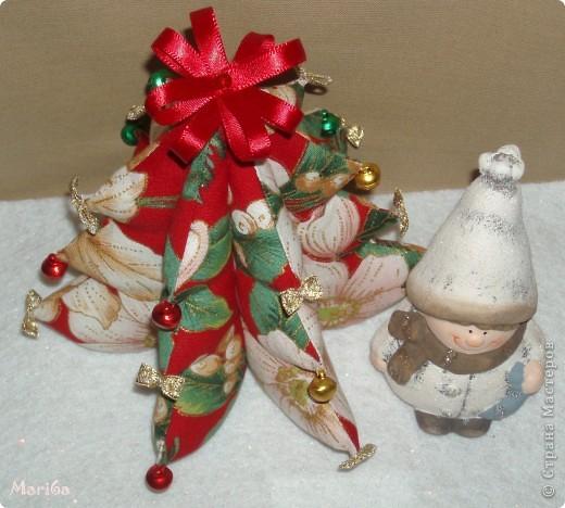 Скоро новый год, решила украсить дом к празднику. Вот cшила такую интересную ёлочку из ткани, украсила золотыми бантиками и бубенчиками. Сынуля сразу забрал себе в комнату ёлочку.  фото 3