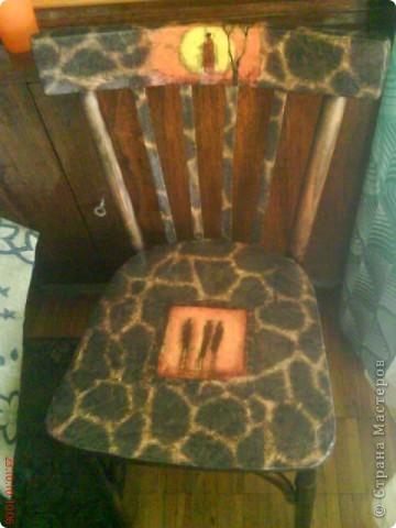 Хотела выбросить старый стул,но насмотревшись переделок в стране мастеров,рискнула. Рисовая бумага и салфетки  в африканском стиле преобразили стул.Мне нравится,а вам?