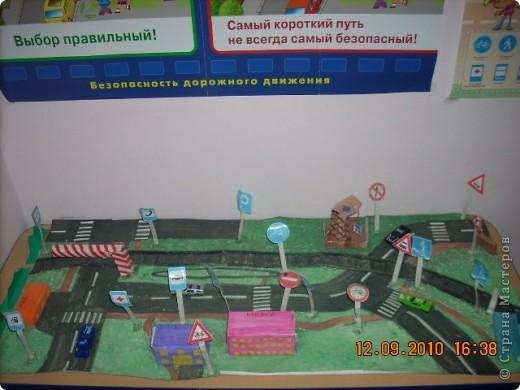 макет дороги для изучения ПДД дошкольниками максимально приближенный к реальной улице в районе детского сада