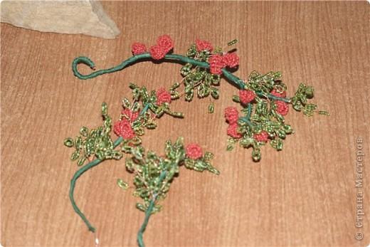 такая вот родилась работа!Кто то видит в ней пироканту,кто то плетучую розу,кто то кустик волчьих ягод....Мне просто понравилась веточка,которую подобрали с внуком..... фото 2