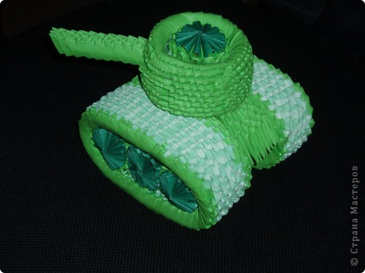 Наконец-то набралась смелости и решилась  попробовать себя  в модульном оригами. А начать знакомство с этой техниой решила вот с этого танка, который увидела тут http://stranamasterov.ru/node/67398?c=favorite  Намучалась с башней- страшное дело!!!!  Башня никак не хотла сворачиваться до нужных мне размеров! Но в целом, я считаю, получилось не плохо!  фото 2