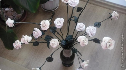 Это белое очарование сделано на юбилей близкой подруги. Раньше лепила и дарила только сладкие розы в корзинках и вот решила сделать букет из соленого теста, чтобы радостный день запомнился надолго фото 5
