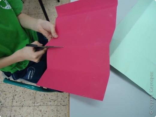 Как и обещала,представляю Вашему вниманию МК по изготовлению бумажного домика. С большим энтузиазмом взялись мне помочь два ученика третьего класса. фото 8