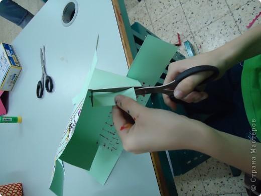 Как и обещала,представляю Вашему вниманию МК по изготовлению бумажного домика. С большим энтузиазмом взялись мне помочь два ученика третьего класса. фото 14