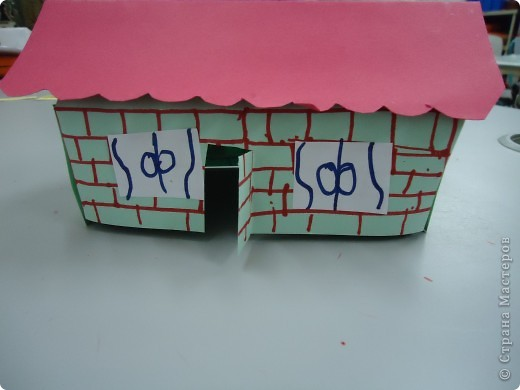 Как и обещала,представляю Вашему вниманию МК по изготовлению бумажного домика. С большим энтузиазмом взялись мне помочь два ученика третьего класса. фото 17