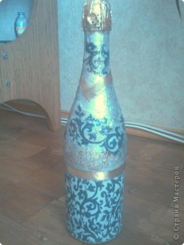 Моя вторая бутылочка декупажная, тоже на день рождения. Только фото не слишком удачные - фотографировала на мобильник перед самым дарением. фото 3
