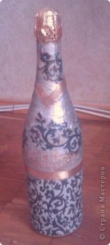 Моя вторая бутылочка декупажная, тоже на день рождения. Только фото не слишком удачные - фотографировала на мобильник перед самым дарением. фото 1