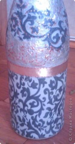 Моя вторая бутылочка декупажная, тоже на день рождения. Только фото не слишком удачные - фотографировала на мобильник перед самым дарением. фото 2