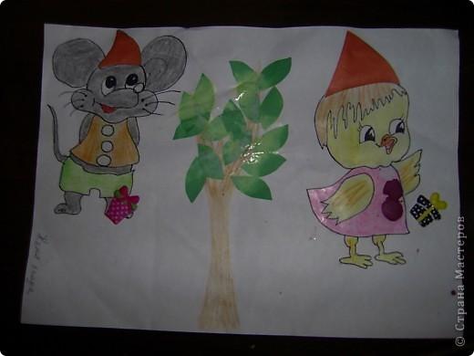 Когда есть друзья-это хорошо,вот и мы с Женькой реши изобразить дружбу как-то по своему.На нарисованные заранее мышонка и ципленка,Женька клеил калпачки (шапочки) и пуговицы из пластилина,ну и конечно дерево дружбы,Женька клеил листья.А после показывал что о них знает.)))).(3 года-ребенок с ограниченными возможностями).