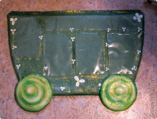 Вот, такой паровозик у меня получился, который станет школьным уголком в классе, у моей первоклашки))   Пошит паровозик из ткани, похожей на двунитку,. но потоньше. Всередине синтепон.  Расписан акриловыми красками, украшен клеем с блестками, покрыт лаком матовым и глянцевым.  В кармашки можно поместить всю нужную и полезную информацию. кармашки сделаны из плотного целофана. фото 2