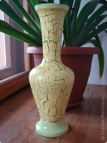 была оооооочень старая металлическая ваза,которую дарили еще бабушке,была она белого цвета с жуткими оранжево-черными цветами,но мне она всегда нравилась своей формой. и вот настал ее час,раньше она стояла в кладовке и цветы в нее ставили в самом крайнем случае,а теперь она гордо стоит на тумбочке у кровати и в ней стоят розочки:) фото 2