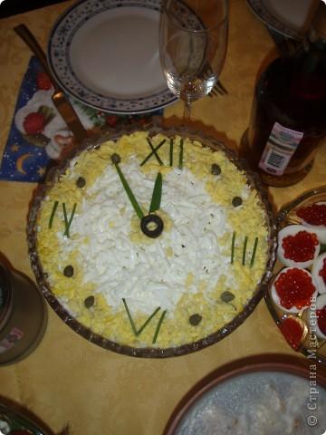 Оформление этих салатиков придумывала не я, находила в дебрях интернета, мое только исполнение. Вдруг кому-то пригодится... Часы за пять минут до нового года. фото 1