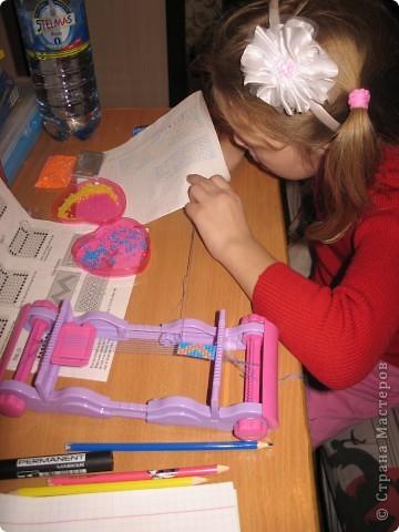 Юля плетет первый браслет. фото 1