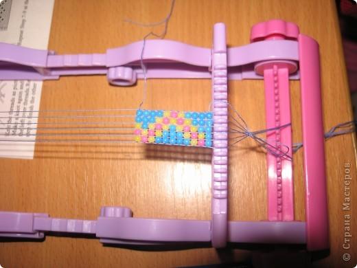 Юля плетет первый браслет. фото 2