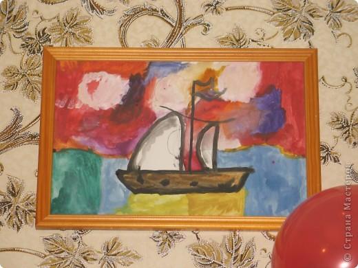 Вот такой кораблик нарисовала дочка, когда ей было 4 года. Он долго украшал вестибюль детского сада, а когда Юля выпустилась, ей отдали на память. Теперь он украшает детскую комнату. фото 1